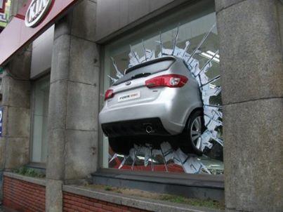 「車 突っ込む」の画像検索結果